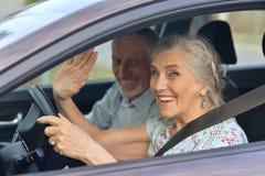 Starszej pary napędowy samochód zdjęcia royalty free