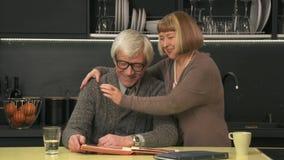 Starszej pary przyglądający stary album fotograficzny zbiory wideo