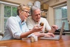 Starszej pary przyglądający up lekarstwo online Obrazy Stock