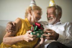 Starszy życia świętowania prezent urodzinowy Fotografia Stock
