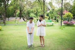 Starszy azjatykci żeński ćwiczenie robi badaniu lekarskiemu z kijem przy parkiem, dozorca bierze opiekę i poparcie, Fizyczna tera fotografia royalty free