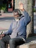 Starszy bezdomny mężczyzna falowanie fotografia royalty free