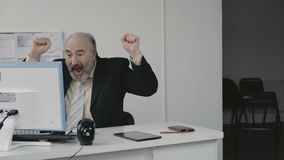Starszy biznesmen bardzo krzyczy pracowników 4K i zbiory wideo