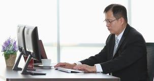 Starszy biznesmen używa komputer w biurze zbiory
