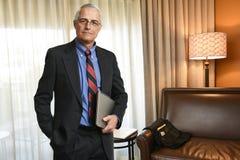 Starszy biznesmen w jego pokoju hotelowym obraz royalty free