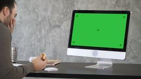 Starszy biznesmena duszenie przed jego komputerem Zielony ekran W górę pokazu zbiory wideo