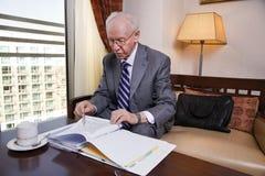 Starszy biznesmen Iść Nad papierami Obrazy Stock