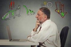 Starszy biznesowy mężczyzna pracuje na komputerze Zdjęcie Stock