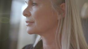 Starszy bizneswoman patrzeje daleko od zdjęcie wideo