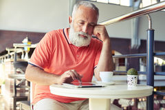 Starszy brodaty mężczyzna ma kawową przerwę Obrazy Royalty Free