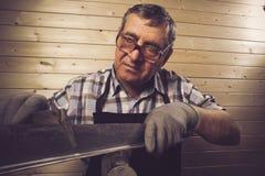 Starszy cieśla pracuje w jego warsztacie Fotografia Stock