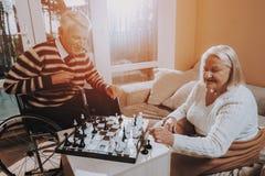 starszy człowiek Kobieta Sztuka szachy Karmiący dom zdjęcie royalty free