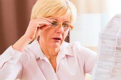 Starszy czytanie z presbyopia pakunku wszywką Zdjęcie Stock