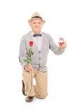 Starszy dżentelmen proponuje z pierścionkiem zaręczynowym zdjęcia stock