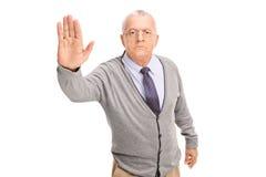 Starszy dżentelmen robi przerwie podpisywać Zdjęcie Royalty Free