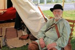 Starszy dżentelmen ubierał w okres odzieży podczas reenactment Francuska i indianin wojna, fort Ontario, 2016 obrazy stock