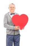 Starszy dżentelmen trzyma czerwonego serce Zdjęcia Stock