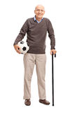 Starszy dżentelmen trzyma futbol Zdjęcia Royalty Free