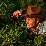 Starszy dorosły mężczyzna lub rolnik w brown kowbojskim kapeluszu, patrzejemy out o fotografia royalty free