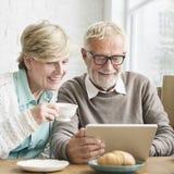 Starszy Dorosły używa Cyfrowego przyrządu pastylki pojęcie obrazy stock