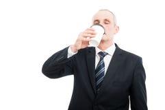 Starszy elegancki mężczyzna pije takeaway kawę zdjęcia stock
