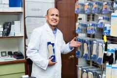 Starszy fachowy konsultant oferuje orthopaedic brandzle obraz stock