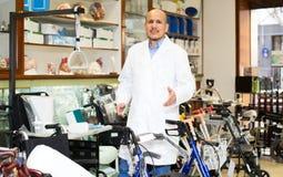 Starszy fachowy konsultant oferuje orthopaedic towary zdjęcia stock