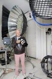 Starszy fotograf z kamerą w studiu Zdjęcie Royalty Free
