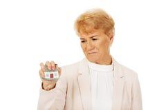 Starszy gniewny biznesowej kobiety domu miażdżący model zdjęcie royalty free
