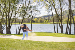 Starszy golfista bawić się od bunkieru Zdjęcia Stock