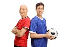 Starszy gracz piłki nożnej i młody gracz z futbolem Fotografia Stock