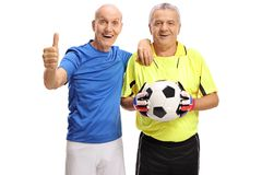 Starszy gracz piłki nożnej robi kciukowi up gestykuluje i bramkarz zdjęcie stock