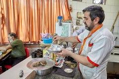 Starszy Irański mężczyzna przygotowywa jedzenie, Teheran, Iran Zdjęcie Royalty Free