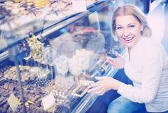 Starszy klient wybiera czekolady obrazy stock
