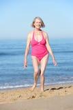 Starszy kobieta bieg Wzdłuż lato plaży zdjęcia royalty free