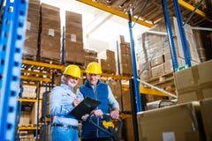 Starszy kobieta kierownik i mężczyzna pracownik pracuje w magazynie Obrazy Royalty Free
