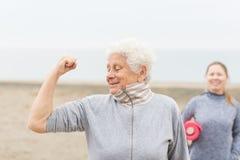 Starszy kobiety ćwiczyć plenerowy fotografia royalty free