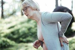 Starszy kobiety cierpienia ból w plecy zdjęcie stock