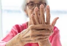 Starszy kobiety cierpienie od bólu w ręce fotografia royalty free