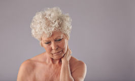 Starszy kobiety cierpienie od szyja bólu Zdjęcia Stock