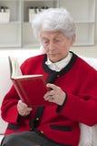 Starszy kobiety czytanie Zdjęcia Royalty Free