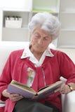 Starszy kobiety czytanie Obrazy Stock