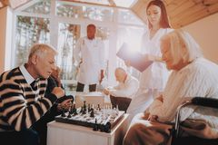 Starszy kobiety i mężczyzny sztuki szachy Karmiący dom obrazy royalty free