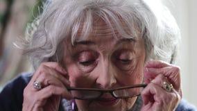 Starszy kobiety kładzenie Na szkłach I ono Uśmiecha się zdjęcie wideo