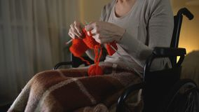 Starszy kobiety obsiadanie w wózku inwalidzkim i dzianiu, pleasurable hobby, zakończenie up zbiory wideo