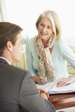Starszy kobiety spotkanie Z Pieniężnym Advisor W Domu Fotografia Royalty Free