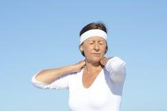 Starszy kobiety szyi bólu nieba tło fotografia stock