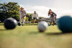 Starszy ludzie bawić się boules w parku obrazy stock