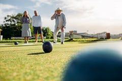Starszy ludzie bawić się boules w parku fotografia stock
