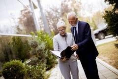 Starszy ludzie biznesu opowiada outdoors i dyskutuje documen fotografia royalty free